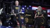 Dua anggota band metal asal Amerika Serikat Metallica, James Hetfield (kiri) dan Kirk Hammett, membawakan lagu kebangsaan Amerika Serikat sebelum gim ketiga di Oracle Arena, Rabu (5/6) malam waktu setempat. (REUTERS/Sergio Estrada-USA TODAY Sports)