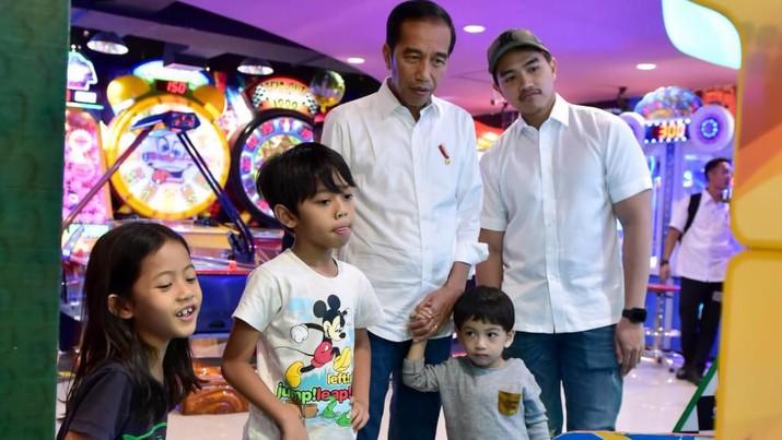 Jokowi mengajak cucunya, Jan Ethes, jalan-jalan di Malioboro, Yogyakarta, di hari kedua Lebaran.
