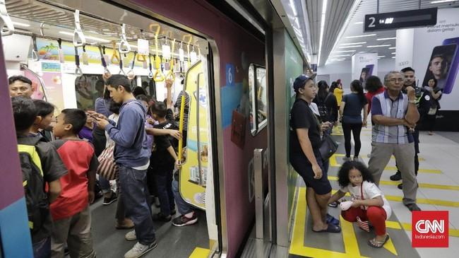 Tidak hanya itu, setiap pemandu juga akan menceritakan sejarah gagasan pembangunan MRT Jakarta hingga hadir saat ini. (CNN Indonesia/Adhi Wicaksono)