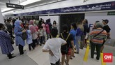 Lewat program yang dinamai 'Jelajahi Jakarta: Edisi Lebaran' ini, PT MRT Jakarta menyiapkan pemandu yang akan mendampingi rombongan masyarakat yang ingin mencoba ratangga dan melihat-lihat fitur di setiap stasiun. (CNN Indonesia/Adhi Wicaksono)