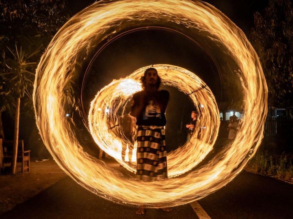 Nah, dengan teknik tepat dan momen pas, foto aksi pawai obor pun dapat menghasilkan kreasi keren semacam ini. (Foto: Ulet Ifansasti/Getty Images)