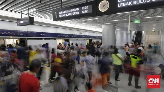 Adapun lokasi pemberangkatan awal hanya di dua stasiun, yaitu Stasiun Dukuh Atas BNI dan Stasiun Lebak Bulus. (CNN Indonesia/Adhi Wicaksono)