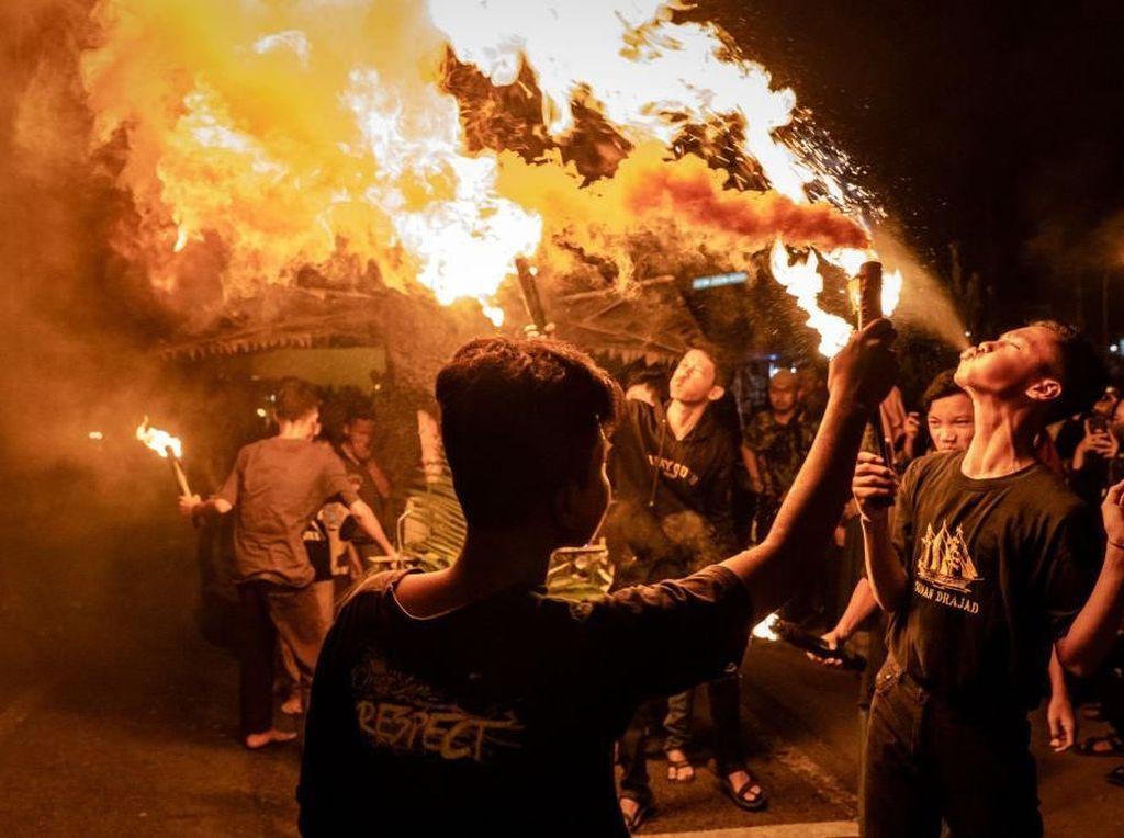 Menyemburkan api seperti ini ada tekniknya. Jadi buat yang bukan ahlinya, jangan sembarangan mencoba ya. (Foto: Ulet Ifansasti/Getty Images)