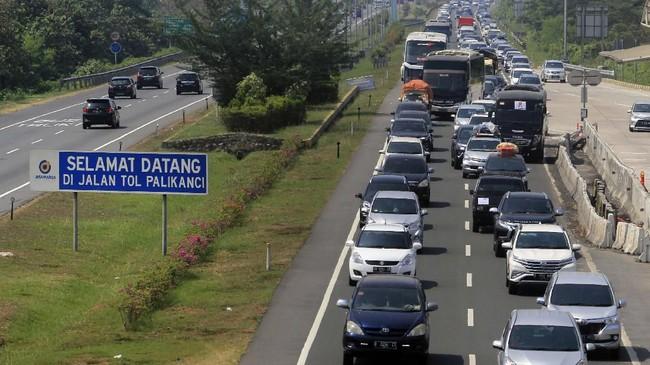 Sejumlah kendaraan pemudik memadati jalur Tol Palikanci, Cirebon, Jawa Barat, Sabtu (8/6). Pada H+2 Lebaran, arus balik di Tol Palikanci terpantau padat. (ANTARA FOTO/Dedhez Anggara)