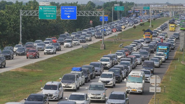 Sejumlah kendaraan memadati pintu Gerbang Tol Cipali, Palimanan, Cirebon, Jawa Barat, Sabtu (8/6). Korlantas Polri menerapkan sistem satu arah pada arus balik sejak Jumat (7/6) hingga Senin (10/6) dari jam 12 siang hingga 12 malam, dari KM 414 Kalikangkung sampai KM 70 Cikampek Utama. (ANTARA FOTO/Dedhez Anggara)