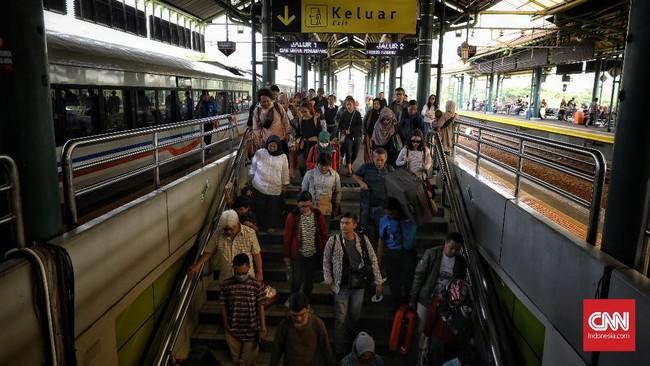 Suasana arus balik penumpang kereta api di Stasiun Gambir pada hari H+2 lebaran, Jakarta, Sabtu (8/6). Tercatat 37 ribu pemudik telah kembali ke Jakarta melalui Stasiun Gambir. Jumlah tersebut merupakan akumulasi data jumlah penumpang datang tanggal 6-7 Juni 2019. (CNN Indonesia/Hesti Rika)