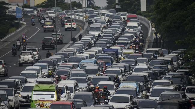Kendaraan yang menuju Gerbang Tol Pasteur terjebak kemacetan di turunan jalan layang Pasupati, Bandung, Jawa Barat, Sabtu (8/6). Petugas Jasa Marga Pasteur mencatat kendaraan yang memasuki Gerbang Tol Pasteur menuju Jakarta hingga pukul 13.30 sebanyak 12.139 kendaraan. (ANTARA FOTO/Raisan Al Farisi)