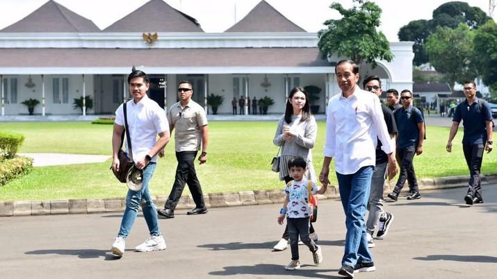 Presiden beserta keluarga nampak sibuk mencari pakaian batik untuk cucunya.