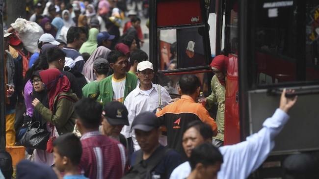 Pemudik berdatangan di Terminal Kampung Rambutan, Jakarta, Sabtu (8/6). Puncak arus balik di Terminal Kampung Rambutan akan berlangsung 8-9 Juni 2019. (ANTARA FOTO/Akbar Nugroho Gumay)