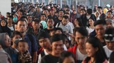 Penumpang kereta api Tawang Jaya Lebaran tiba di Stasiun Pasar Senen, Jakarta, Sabtu (8/6). Pada H+2 lebaran 2019, arus balik pemudik yang tiba di Stasiun Pasar Senen mulai mengalami peningkatan. (ANTARA FOTO/Reno Esnir)