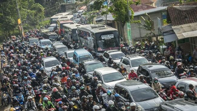 Suasana antrean kendaraan yang melintasi jalur Nagrek, Kabupaten Bandung, Jawa Barat, Sabtu (8/6). Pada H+2 Lebaran 2019 volume kendaraan arus balik yang melintasi jalur selatan Jawa Barat tepatnya di Nagrek menuju Bandung-Jakarta dan arah sebaliknya terpantau padat. (ANTARA FOTO/Novrian Arbi)