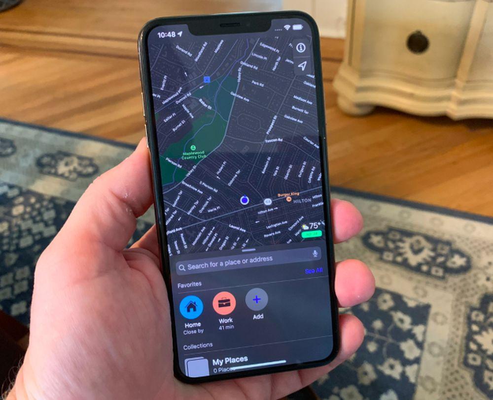 Awal pekan ini, Apple mengumumkan fitur-fitur dalam pembaruan iOS 13 yang berisi fitur dark mode. Begini tampilan Apple Maps dalam settingan dark mode. (Foto: CNBC/Todd Haselton)