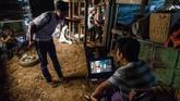Tema-tema pahlawan super dan mayat hidup (zombie) masih laris dalam perfilman Myanmar. Namun, sejumlah sineas muda menyuguhkan drama dan tema lainnya sebagai variasi. (Photo by Sai Aung MAIN / AFP)