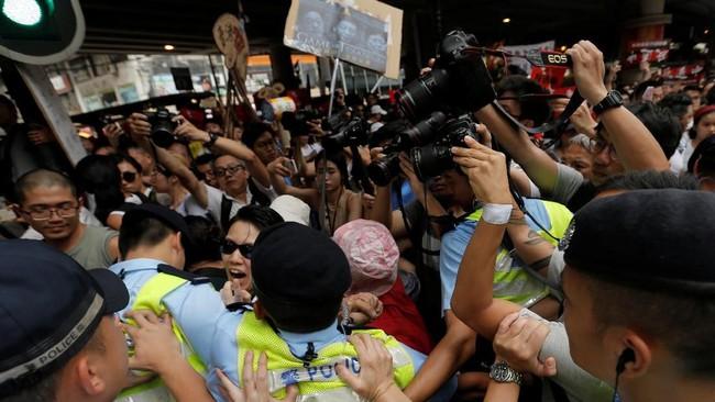 Aksi protes berakhir di kantor Dewan Legislatif. Jika disetujui, undang-undang itu ditetapkan akhir Juni. (REUTERS/Thomas Peter)