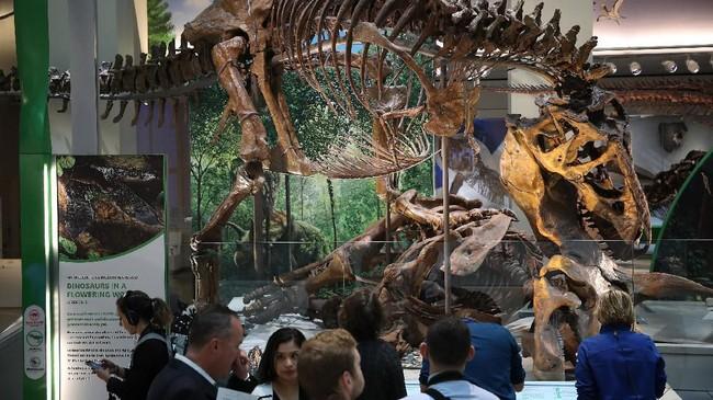 Awak media yang diundang untuk melihat secara eksklusif fosilT.rex sebelum pameran dibuka untuk umum.