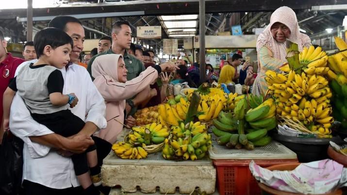 Presiden Jokowi dan keluarga berbelanja di Pasar Gede Solo, Minggu (9/6/2019).