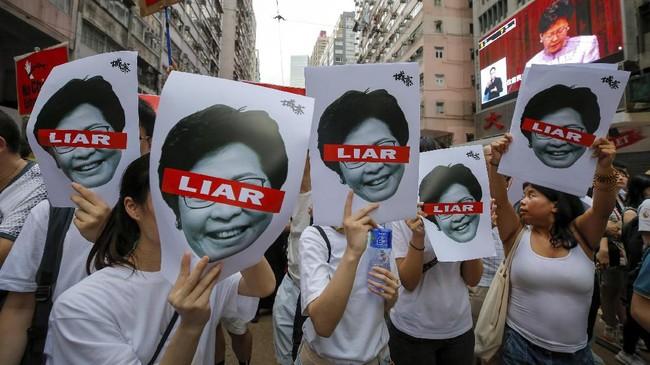 Aksi tersebut melanjutkan aksi yang sama dan dihadiri oleh 100 ribu orang pada akhir Mei. (AP Photo/Kin Cheung)