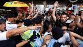 Setengah juta penduduk Hong Kong turun ke jalanan pada Minggu (9/6), mendesak pemerintah membatalkan rancangan undang-undang (RUU) ekstradisi. (Photo by DALE DE LA REY / AFP)