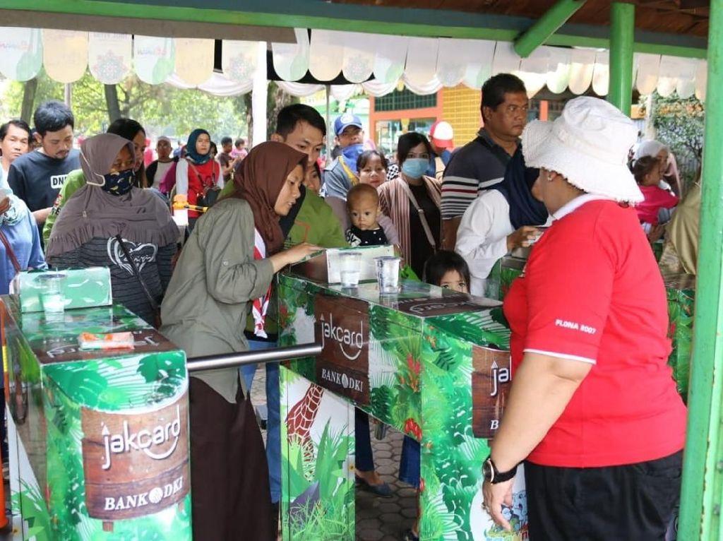 Jakcard Bank DKI dapat digunakan untuk naik bus Transjakarta, pembayaran tiket Frequent Rider Kereta Bandara dan MRT Jakarta dan juga bisa digunakan untuk melakukan transaksi pembayaran di kawasan wisata Monumen Nasional, Taman Margasatwa Ragunan serta Museum Seni & Keramik. Foto: dok. Bank DKI