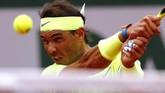 Rafael Nadal mendapat perlawanan sengit dari Dominic Thiem, terutama di dua set awal. (REUTERS/Kai Pfaffenbach)