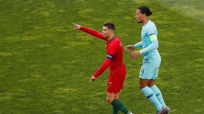 Cristiano Ronaldo mendapatkan pengawalan ketat dari Virgil van Dijk di laga tersebut. (REUTERS/Susana Vera)