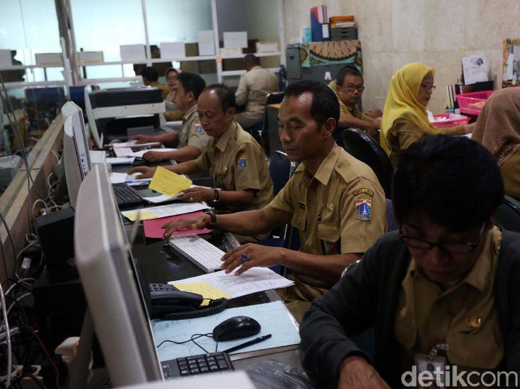 Sejumlah pegawai negeri sipil bekerja di Biro Umum Provinsi DKI Jakarta, Senin (10/6/2019).