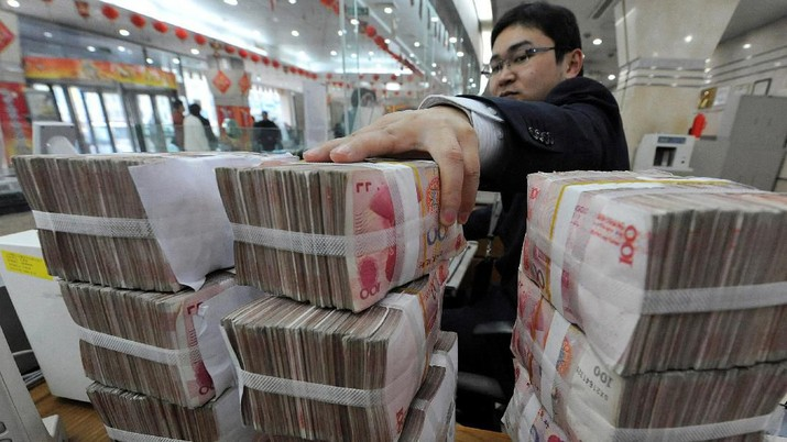 FILE PHOTO: An employee counts Chinese yuan banknotes at a Bank of China branch in Hefei, Anhui province March 10, 2010.   REUTERS/Stringer/File Photo  GLOBAL BUSINESS WEEK AHEAD