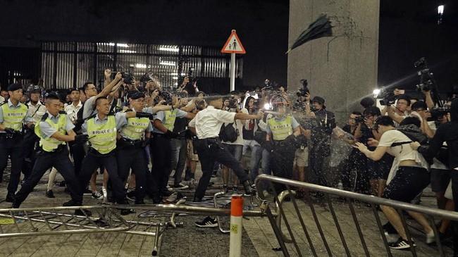 Polisi sendiri sudah menyatakan aksi protes ini berakhir pada tengah malam. Karena itu ketika aksi sudah melewati batas waktu, maka harus dibubarkan. (AP Photo/Vincent Yu)