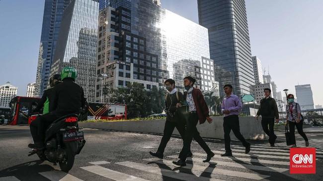 Warga DKI Jakarta tepatnya di kawasan bisnis Sudirman-Thamrin kembali beraktivitas pada Senin (10.6). Usai libur dan cuti bersama Idul Fitri pekan lalu, hari ini merupakan hari pertama kembali kerja bagi pegawai swasta maupun Aparatur Sipil Negara (ASN). (CNNIndonesia/Safir Makki)