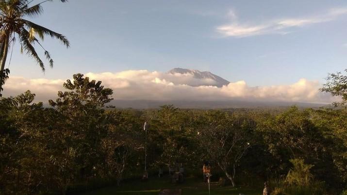 Gunung Agung sempat erupsi siang tadi, namun kini sudah kembali tenang