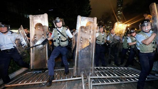Pihak koordinator demonstrasi menyatakan bahwa aksi ini merupakan unjuk rasa terbesar sejak 1997, ketika warga setempat menolak penyerahan Hong Kong ke China. (REUTERS/Thomas Peter)