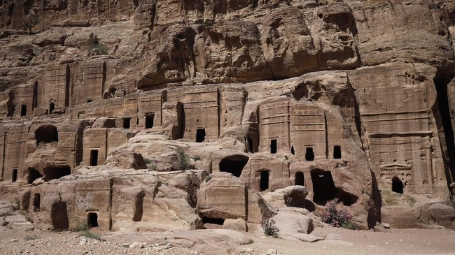Selain karena keindahan arsitektur, Petra juga dikenal memiliki sistem irigasi yang baik yang membuat penduduknya di masa lalu mampu bertahan di tengah-tengah iklim gurun yang ganas. (Photo by THOMAS COEX / AFP)