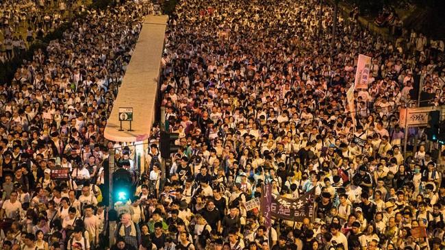 Aksi protes di Hong Kong menolak pengesahan RUU ekstradisi berujung kericuhan pada Senin (10/6) dini hari ketika ratusan demonstran bentrok dengan polisi. (Photo by DALE DE LA REY / AFP)