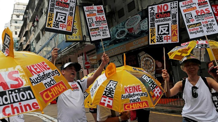 Demonstrators hold yellow umbrellas, the symbol of the Occupy Central movement, and placards during a protest to demand authorities scrap a proposed extradition bill with China, in Hong Kong, China June 9, 2019. REUTERS/Tyrone Siu