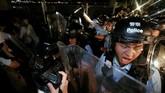Bentrok diawali ketika para pengunjuk rasa merangsek melewati garis polisi dan memaksa masuk ke gedung Dewan Legislatif. Aksi itu dihalau polisi dengan menggunakan semprotan merica. (REUTERS/Thomas Peter)