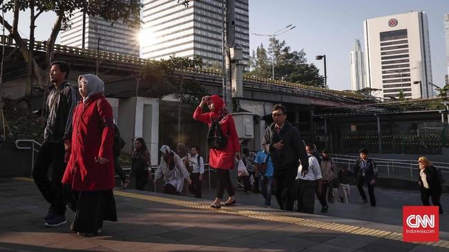 Para pekerja di Jakarta sendiri bukan hanya membawa rasa bahagia ketika kumpul dengan keluarga di kampung halaman, tapi juga arus uang. Kamar Dagang dan Industri (Kadin) memperkirakan ada perputaran uang Rp9,7 Triliun selama masa mudik. (CNNIndonesia/Safir Makki)