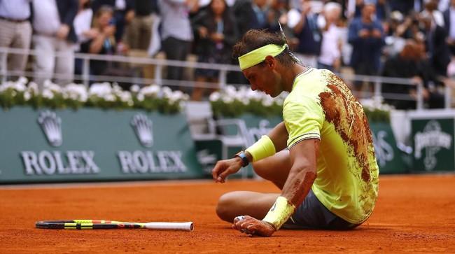 Rafael Nadal menjatuhkan diri usai dipastikan jadi juara Prancis Terbuka. Nadal menang 6-3, 5-7, 6-1, 6-1 atas Dominic Thiem. (REUTERS/Kai Pfaffenbach)