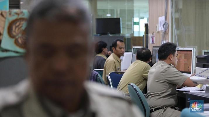 Sejumlah Pegawai Negeri Sipil (PNS) di Balaikota (CNBC Indonesi/Muhammad Sabki)