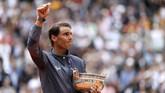 Rafael Nadal memastikan gelar ke-12 di ajang grand slam Prancis Terbuka sejak ia kali pertama juara di tahun 2005. (REUTERS/Vincent Kessler)