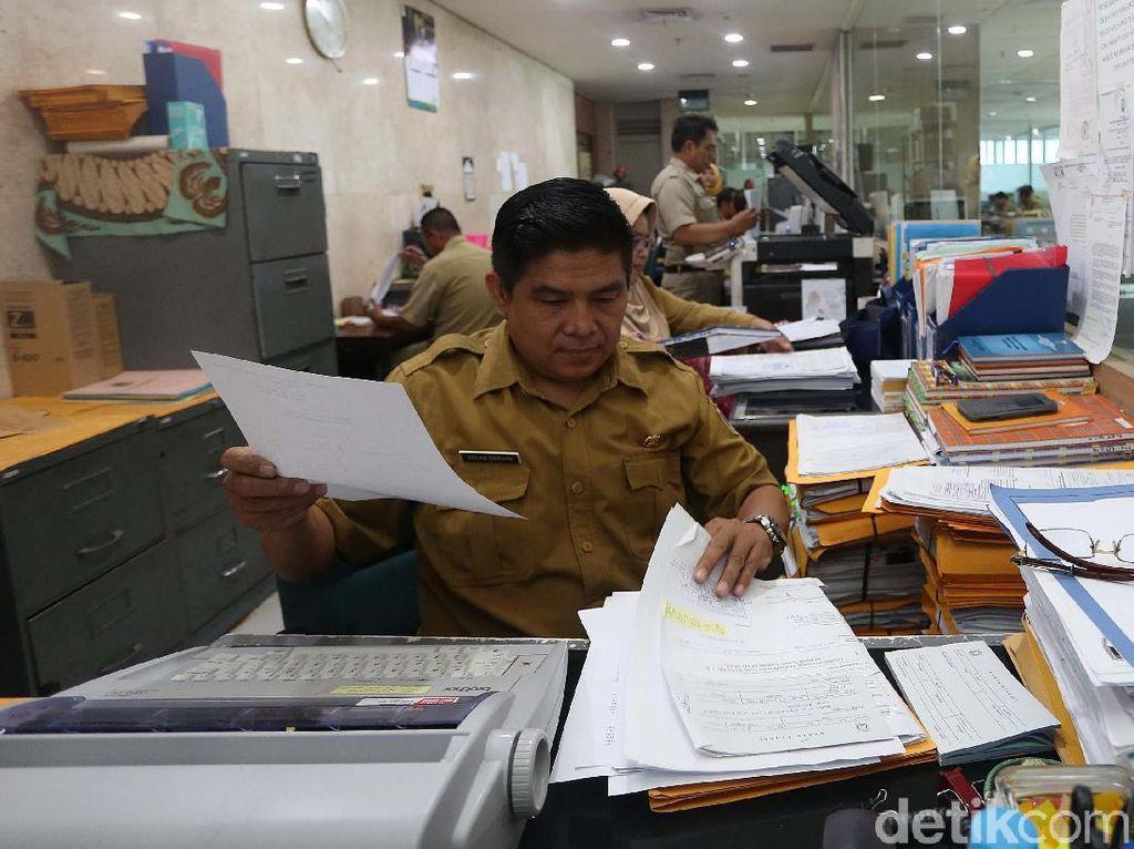 Gubernur DKI Jakarta Anies Baswedan menyebut ASN yang tepat waktu di hari pertama pasca-cuti Lebaran hampir 100 persen.