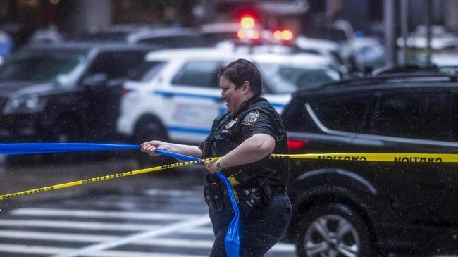 Gubernur New York, Andrew Cuomo mengatakan bahwa insiden tersebut mengembalikan ingatan warga akan serangan 11 September 2001. (Photo by Johannes EISELE / AFP)