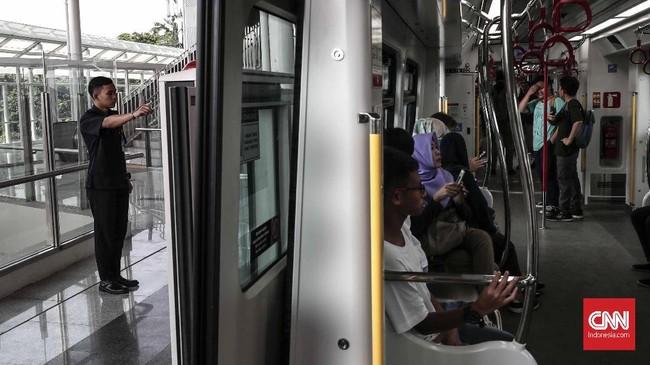 Uji coba LRT ini akan berlangsung tiap hari mulai pukul 05.30 WIB dan berakhir pukul 23.00 WIB. Selang waktu antar kereta (headway) berkisar 10 menit. (CNNIndonesia/Safir Makki)