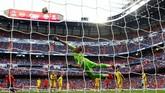 Meski terus menekan, namun timnas Spanyol harus puas dengan skor imbang tanpa gol di babak pertama. (REUTERS/Juan Medina)