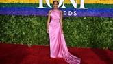 Aktris Regina King memilih gaun halter neck berwarna pink. Gaun ini merupakan gaun kustom dari Prada. (Photo by Angela Weiss / AFP)