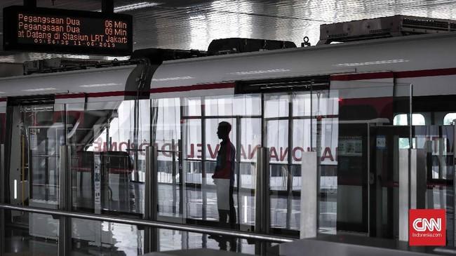 LRT saat ini telah memiliki rekomendasi teknis, rekomendasi keselamatan, serta rekomendasi sarana dan prasarana. Namun, untuk izin operasional masih menunggu dari Dinas Perhubungan Jakarta. (CNNIndonesia/Safir Makki)