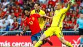 Isco dan kawan-kawan mendapatkan perlawanan sengit dari Swedia sejak laga dimulai. (REUTERS/Juan Medina)