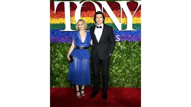 Joanne Tucker menggunakan gaun biru tulle yang transparan di bagian bawah. Gaun ini rancangan Oscar de la Renta ( Dimitrios Kambouris/Getty Images for Tony Awards Productions/AFP)