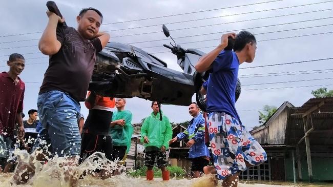 Pihak BPBD Provinsi Sulawesi Tenggara mencatat ada tujuh kabupaten yang terdampak banjir bandang. Banjir dipicu oleh pasca hujanyang membuatSungai Konaweha dan Sungai Lasolo meluap. (ANTARA FOTO/Jojon)