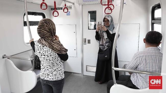 Dengan menggunakan LRT, waktu tempuh Rawamangun-Kelapa Gading kini bisa dipangkas menjadi 13 menit. (CNNIndonesia/Safir Makki)