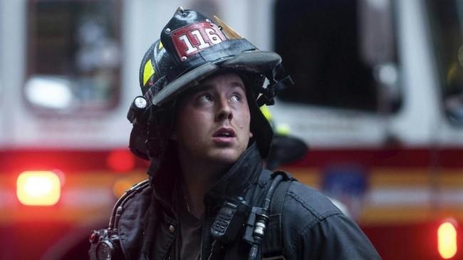 Sebuah helikopter terjatuh di atap salah satu gedung di pusat Manhattan, New York, Amerika Serikat, Senin (10/6). (Photo by Johannes EISELE / AFP)